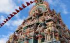 Comment les adorateurs se préparent-ils à entrer dans un temple hindou ?