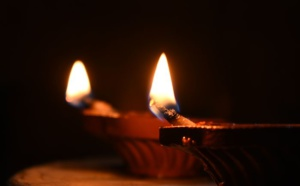 POURQUOI ALLUMONS-NOUS UNE LAMPE ?