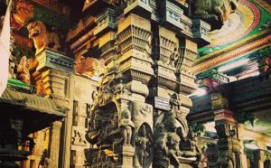 Admirez le temple indien de Mînâkshî dont les superbes couleurs n'ont d'égal que l'immensité de l'architecture