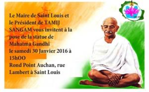 POSE D'UNE STATUE DE GANDHI À SAINT-LOUIS (ÎLE DE LA RÉUNION)